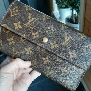 Äkta LouisVuitton plånbok.Bra skick.Made in France serial number#TH0919. InKöpte äkta Second hand butik.Ps.This items do not come with an authenticity card, please refer to the production date code within the bag for this age and as an authethenticity ref