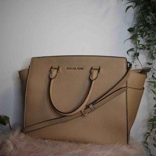 Säljer en ovanlig Michael Kors väska i modellen Selma, storlek Large, färg Beige. Väskan köptes på Tara för 4500kr och är nu i bra använt skick. Kan postas med spårbar frakt för 60kr eller mötas upp i Borås eller Kungsbacka. Skickar gärna fler bilder!