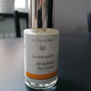 Dr. Hauschka Revitalizing Day Cream. Säljer denna ansiktskräm för det passar inte min hudtyp.