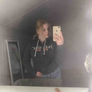 Zip hoodie ifrån hollister. Använder inte den längre så vill bli av med den därav priset. Köparen står för frakt✨