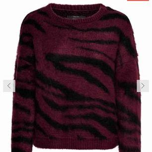 Skit fin stickad tröja! Köpt för 379kr. Använd vid två tillfällen!  Säljer pga använder den för sällan.