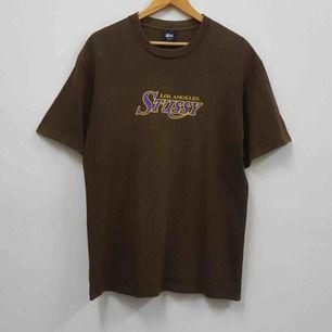 Stussy LA Lakers t-shirt Vintage ( Från tidigt 2000-tal) Använd men bra skick, inga fläckar eller hål. Väldigt sällsynt. Finns knappt någon i denna färg till salu.  Kontakta för fler bilder