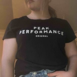 T-shirt ifrån peak performance (marinblå). Köparen står för frakt✨