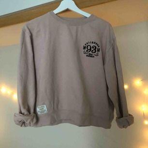 Stor i storleken eftersom jag ville ha en oversized, brukar oftast ha M på sweatshirts.
