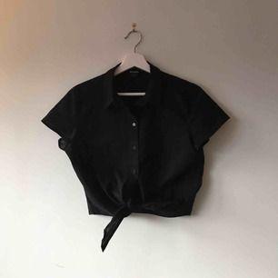Oanvänd skjorta från monki som man knyter där fram! Nypris var ca 250:-, möts i Stockholm alternativt frakt tillkommer!