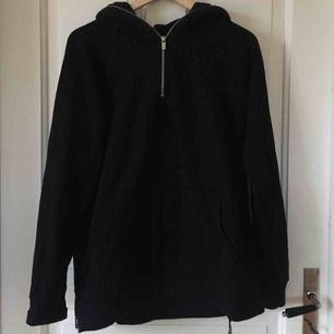 Svart hoodie med dragkedja vid luvan och munkficka. Välanvänd men i gott skick. Köpare står för frakt!