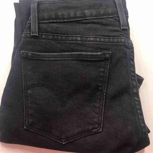 Svarta levis jeans i modell 710. Kan fraktas mot en peng eller hämtas i bunkeflostrand🤍 Gratis frakt på alla byxor🤩