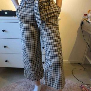 Jättesnygga vida byxor, köpta på h&m. Jättebra skick, men används inte längre