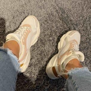 Sneakers med detaljer, skit snygga, endast använda 1 gång. Storlek 37  Kan fraktas elr mötas i Helsingborg
