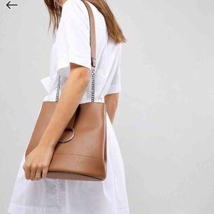 Jätte fin väska som är i bra skick då den knappt är använd, frakt tillkommer🥰