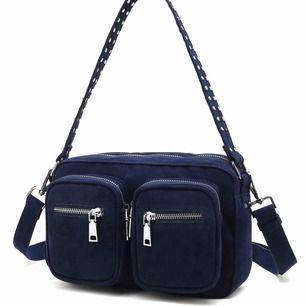 Trendig Noella väska i marinblå färg! Köpt på Plick (bilderna är förra ägarens) Även långt band medföljer! Supersnygg och rymmer mycket 🥰