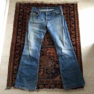 Snygga jeans från Lee men storleken vet jag inte då lappen blivit sliten. Kan tyda en 40 och 41 men vet inte vad det innebär😅