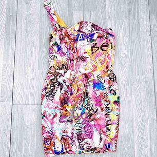 Cool vintage klänning från River Island storlek 40, bra skick.  Möts upp i Stockholm eller fraktar. Frakt kostar 63kr extra, postar med videobevis/bildbevis. Jag garanterar en snabb pålitlig affär!✨