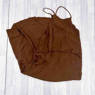 Brun tunn klänning från Mango storlek M i fint skick.  Möts upp i Stockholm eller fraktar. Frakt kostar 42kr extra, postar med videobevis/bildbevis. Jag garanterar en snabb pålitlig affär!✨