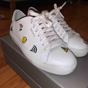 Vita arigato skor, använda endast 2 gånger. Kan skickas i kartong och med dustbag. Kan fraktas.