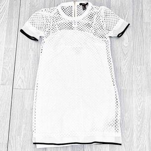 Vit klänning med mesh över från Forever 21 storlek S i fint skick.  Möts upp i Stockholm eller fraktar. Frakt kostar 59kr extra, postar med videobevis/bildbevis. Jag garanterar en snabb pålitlig affär!✨