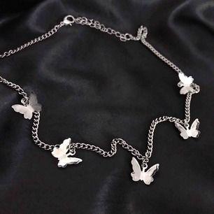 Jätte fint och gulligt halsband med fjärrilar på 🦋 Nytt/oanvänt ✨ Finns 2 st i lager 💕 Gratis frakt 📦