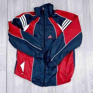 Grå/röd retro jacka från Adidas storlek XS/S i bra skick.  Möts upp i Stockholm eller fraktar. Frakt kostar 63kr extra, postar med videobevis/bildbevis. Jag garanterar en snabb pålitlig affär!✨
