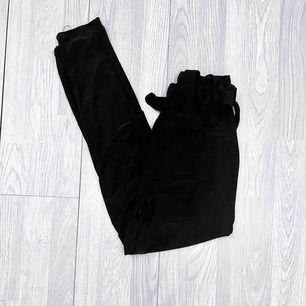 Högmidjade svarta byxor från Fashion Nova storlek S. Fint skick förutom att lappen är lös. Nypris $22.99 + frakt + tull.  Möts upp i Stockholm eller fraktar. Frakt kostar 42kr extra, postar med videobevis/bildbevis.