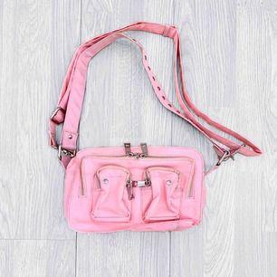 Rosa nunoo / núnoo väska i fint skick förutom att den är lite smutsig på vissa ställen. Ca 25cm.  Möts upp i Stockholm eller fraktar. Frakt kostar 63kr extra, postar med videobevis/bildbevis. Jag garanterar en snabb pålitlig affär!✨