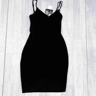 NY svart klänning från NLY One (Nelly) storlek S.  Möts upp i Stockholm eller fraktar. Frakt kostar 59kr extra, postar med videobevis/bildbevis. Jag garanterar en snabb pålitlig affär!✨