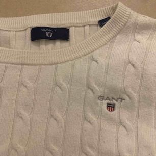 En sjukt fin vit kabelstickad tröja från gant, endast använt 1 gång så är i väldigt fint skick!!