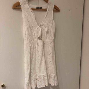 Har endast använt denna klänning en gång och det var under studenten. Den ser ut som ny och passar perfekt under sommaren