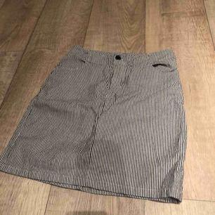 Fin randig kjol från brandy Melville. Passar mig som har storlek 36 perfekt!