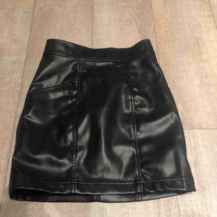 Så snygg läder-kjol med fickor på sidorna! Den sitter tight och passar mig som har storlek 36 perfekt!