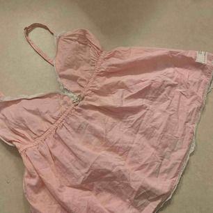 Ett gulligt odd Molly linne i ljus rosa med lite spets på kanterna! Den är i storlek 0 som motsvarar storlek xs, är helt öppen mot att byta mot annat liknande linne