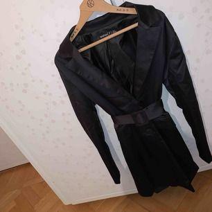 En oanvänd blazer-klänning i Stl XS men är ganska stor i storleken så skulle även passa en S