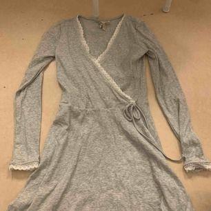Aldrig använd, grå omlott klänning