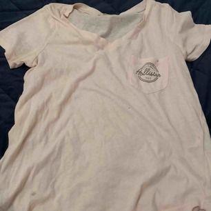 Fi ljusrosa t-shirt från hollister. 💕Ej använd så mycket så bra skick på den. Kan mötas upp i Stockholm eller frakta.