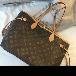 Louis Vuitton monogram liknande. Super fin väska passar till allt! Använd några fåtal gånger som helt ny. Kan gå ner i pris vid snabb affär!! (La ut väskan förut därför de är en annons)