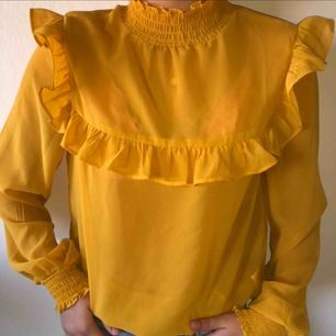 Säljer nu min söta gula blus från Gina tricot pga kommer ej till användning längre! Köpt för ett år sen och är som ny! Väldigt söt till sommarn!