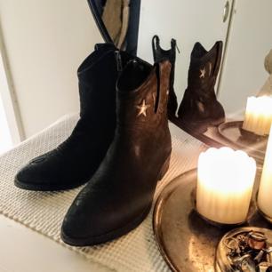 Svarta Cowboy boots. Fina detaljer och dragkedja på insidan.
