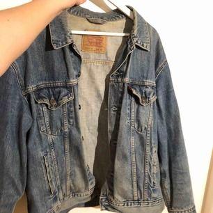 Vintage jeans jacka från Levis i storlek M (inte XL som på bilden).  Köpare står för frakt, kan mötas i Nacka eller ev annan plats🙏🤠
