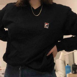 Säljer denna fina Fila V-neck sweatshirt. Köpt second hand. Ganska stor men man kan stoppa in den som jag gjort på bilderna. Köparen står för frakt.