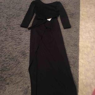 En two piece set plagg! Crop top och en lång kjol med en slip i ena sidan av benet.