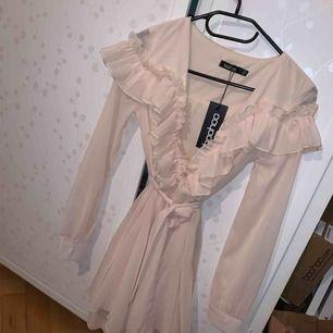 Jättefin puderrosa klänning, oanvänd med lappar kvar!