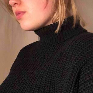 Stickad cropped tröja med turtleneck från BikBok.   Köpare står för frakt, kan mötas i Nacka eller ev annan plats🙏🤠