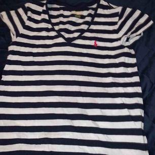 Fin T-shirt från Ralph lauren! Köptes för 500 tror jag. Säljer för 150 kr och kan frakta och mötas upp i stockholm