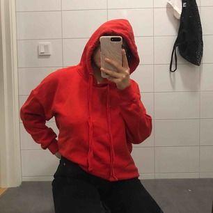 jättegosig hoodie som bara tar plats i min lilla garderob så dags för ett nytt hem! den är oversized och har ingen ficka. helt ok skick!