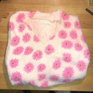 Ljusrosa v-ringad tjocktröja från Urban Outfitters med rosa blommor. Aldrig kommit till användning...  Köpare står för frakt, kan mötas i Nacka eller ev annan plats🙏🤠