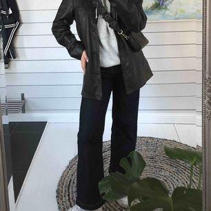 Ett par mörkblå jeans från Carin Wester som är lite kortare och vida i modellen, knappt använda🥰 Fraktar endast och köparen står för frakten❤️