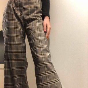 Rutiga populära byxor från H&M. Tyvärr för stora i midjan på mig men passar mig perfekt i längden som är 177cm och kan passa en 38 (M) om en har bredare höfter. 200kr + frakt 💞