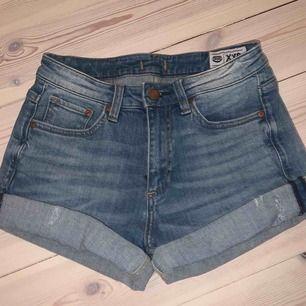"""Superfina ljusblåa jeansshorts från """"lee"""" i storlek xxs (passar mig som har xs/s! Säljer p.g.a. Kommer inte till användning för mig!"""