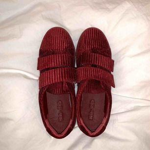 Vinröda skor från na-kd, säljer för att de tyvärr inte används. 120kr inklusive frakt