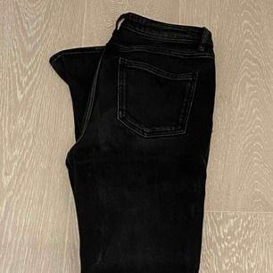 Zara byxor i svart/grå färg, superbra skick och mycket användbara!