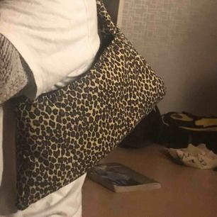 Superfin leopard väska köpt second hand i bra skick. Har inga fickor eller deagkedjor. Frakt tillkommer😗